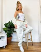adidas – Originals 'Comfy Cords' – Naturvita mjukisbyxor i sammetslen ...